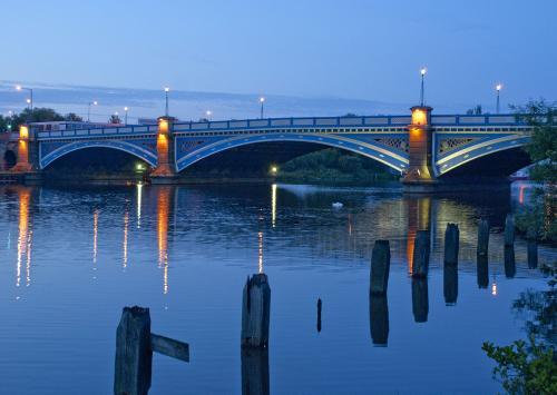 1200px-Victoria_Bridge_-_lvm15