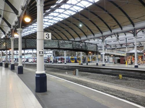 Platforms_2_and_3,_Newcastle_Central_Station_-_geograph.org.uk_-_1707736
